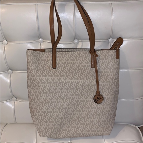 Michael Kors Handbags - Adorable Michael Kors bag